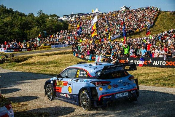 Auf der Panzerplatte: hohe Besucherzahlen und große Rallye-Action. - Foto: ADAC Rallye Deutschland