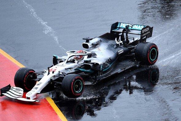 Lewis Hamilton entging nach seinem Unfall einer zweiten Strafe für unnötiges Langsamfahren - Foto: LAT Images