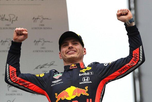 Die Formel 1 versteigert unter anderem einen Rennanzug von Max Verstappen - Foto: Red Bull