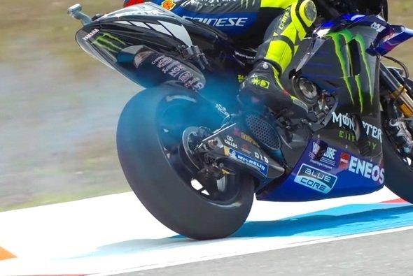 Valentino Rossi zog die Rauchwolke fast eine ganze Runde lang hinter sich her - Foto: Screenshot/MotoGP