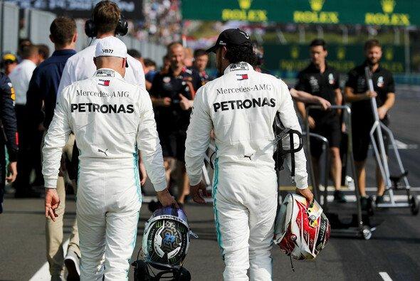 Schlendert Lewis Hamilton auch 2020 weiter mit Bottas durchs Fahrerlager? - Foto: LAT Images