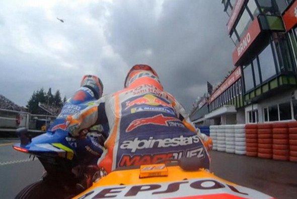Der letzte Akt auf der Strecke: Marquez schiebt Rins in der Box aus dem Weg - Foto: Screenshot/MotoGP