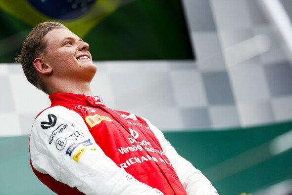 Mick Schumacher feiert seinen ersten Sieg in der Formel 2 auf dem Podium - Foto: LAT Images