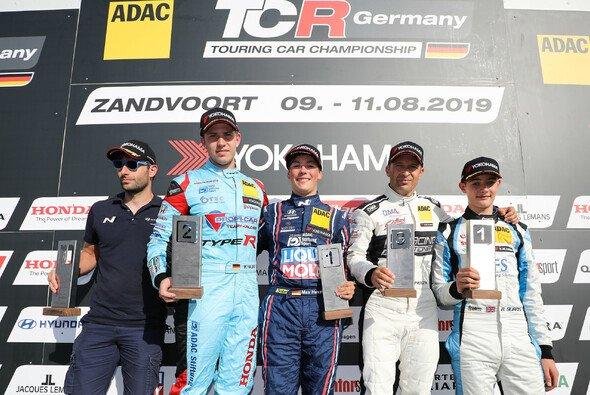 Strahlender Sieger: Max Hesse (M.) triumphiert in Zandvoort - Foto: ADAC TCR Germany