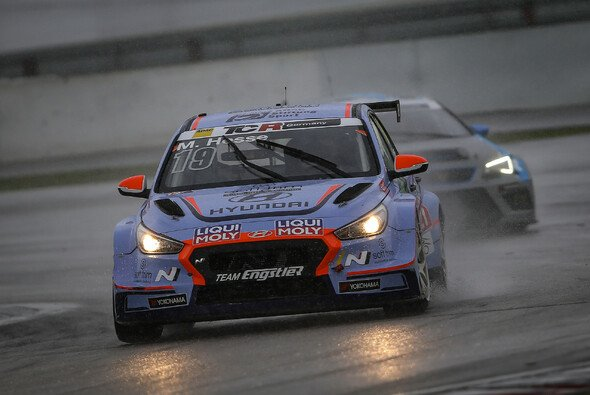 Hyundai-Fahrer Max Hesse gewinnt im Regen auf dem Nürburgring - Foto: ADAC TCR Germany