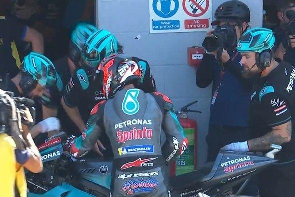 Fabio Quartararo signalisiert seinem Team das Problem - Foto: Screenshot/MotoGP