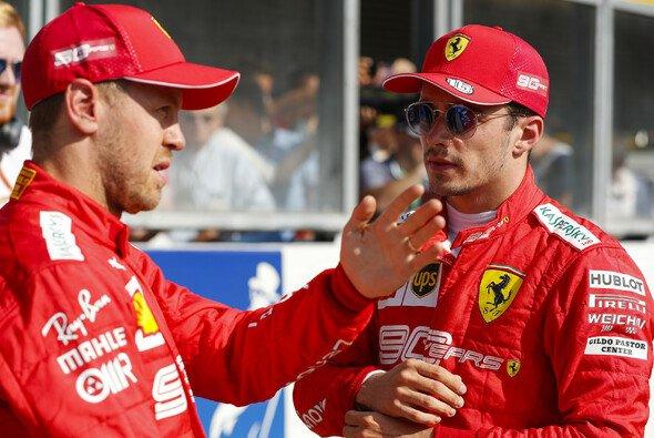 Sebastian Vettel hielt Charles Leclerc bei dessen erstem F1-Sieg den Rücken frei - Foto: LAT Images