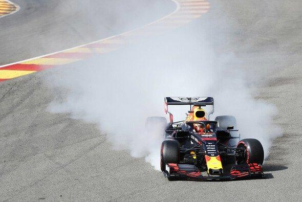 Max Verstappen hat in Eau Rouge keine Kontrolle mehr über seinen Red Bull - Foto: LAT Images