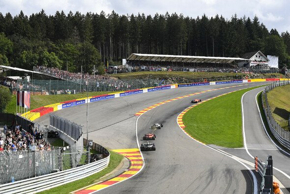 Die Formel 1 auf dem Weg durch Eau Rouge - Foto: LAT Images