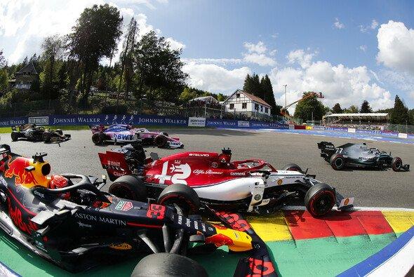Nach schlechtem Start geriet Max Verstappen in Spa mit Kimi Räikkönen aneinander - Foto: LAT Images