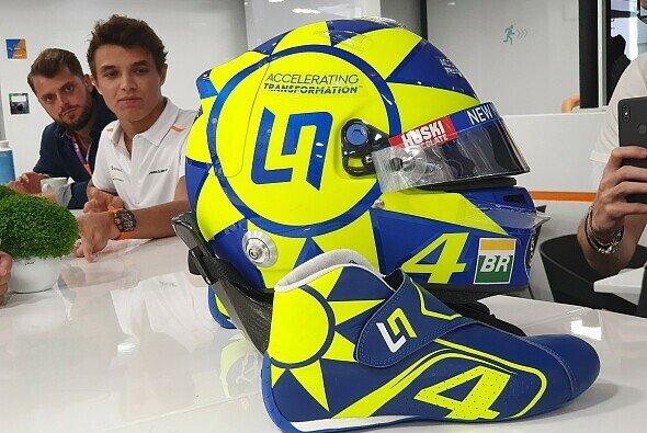 Lando Norris startet beim Formel-1-Rennen in Monza mit einem Helmdesign im Valentino-Rossi-Look - Foto: Motorsport-Magazin.com