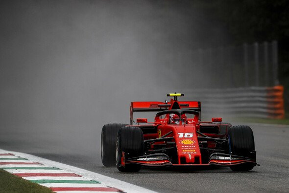 Charles Leclerc holte sich die Bestzeit im turbulenten 1. Training in Monza - Foto: LAT Images