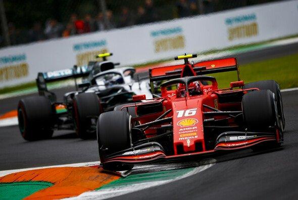 Charles Leclerc sicherte sich beim Formel-1-Qualifying in Monza die vierte Pole Position seiner Karriere - Foto: LAT Images