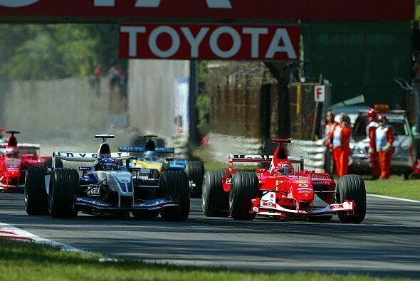 Michael Schumacher und Juan Pablo Montoya lieferten sich 2003 ein Monza ein hartes Rad-an-Rad-Duell - Foto: LAT Images