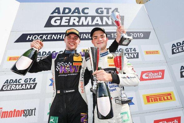 Strahlende Sieger in Hockenheim: Tim Heinemann (li.) und Luke Wankmüller - Foto: ADAC GT4 Germany