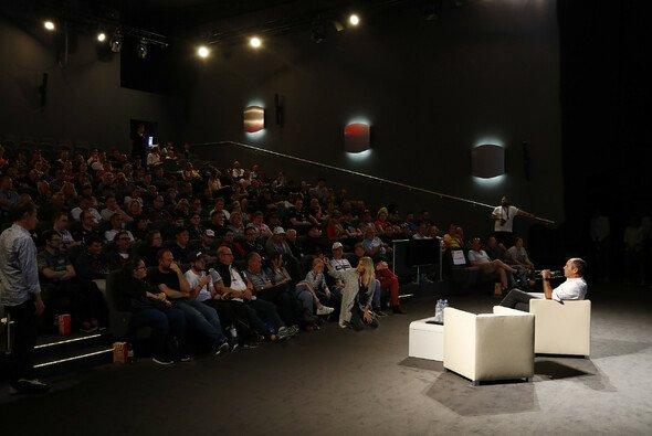 DTM-Boss Gerhard Berger im ausführlichen Austausch mit den Fans - Foto: Hoch Zwei