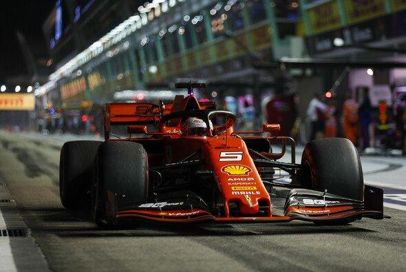 Sebastian Vettel landete am Freitag in Singapur mit seinem Ferrari auf Rang drei - Foto: LAT Images