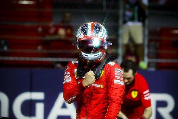Charles Leclerc geht beim Singapur GP 2019 von der Pole Position aus ins Rennen - Foto: LAT Images
