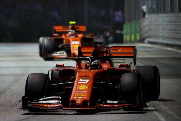 Sebastian Vettel gewann den Singapur GP 2019 vor Teamkollege Charles Leclerc - ging dabei alles mit rechten Dingen zu? - Foto: LAT Images