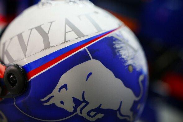 Daniil Kvyat hatte für sein Heimspiel beim Formel-1-Rennen in Russland ein spezielles Helmdesign aufgefahren - Foto: LAT Images
