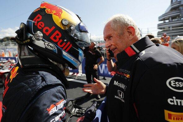 Jüri Vips mit Red Bulls Motorsport-Berater Dr. Helmut Marko - Foto: LAT Images