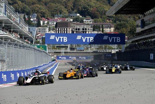 Nach dem Start in Sotschi kam es bei der Formel 2 zum großen Crash - Foto: LAT Images