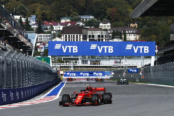Ferrari zog Mercedes zu Beginn des Russland GP davon - Foto: LAT Images