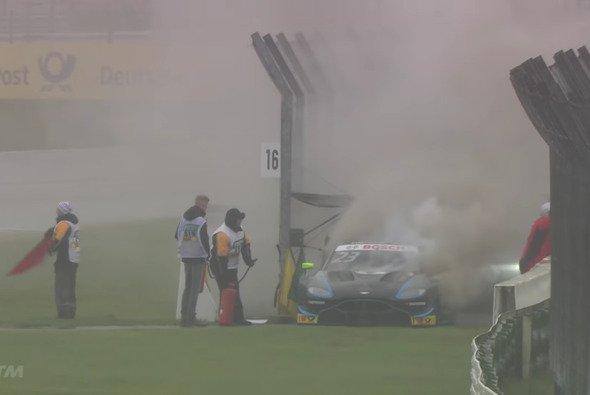 Bei Aston Martin war ordentlich Feuer unterm Dach - Foto: DTM/Screenshot
