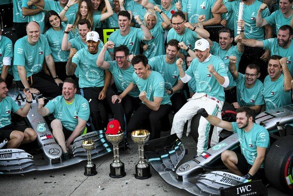 Auch beim Meister-Foto von Mercedes präsent: Die rote Kappe von Niki Lauda auf dem Pokal - Foto: LAT Images