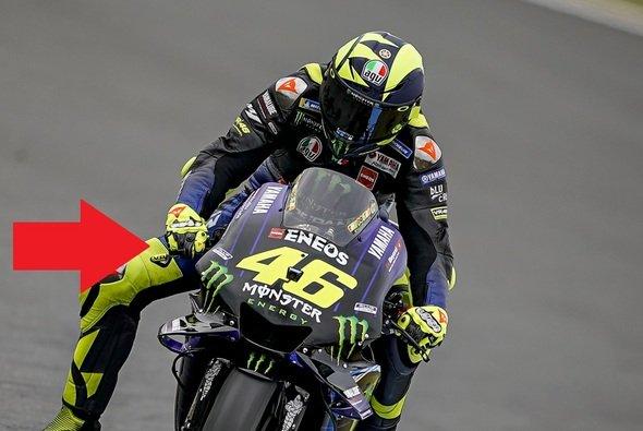Valentino Rossi bremst erstmals nur mit zwei Fingern - Foto: LAT Images