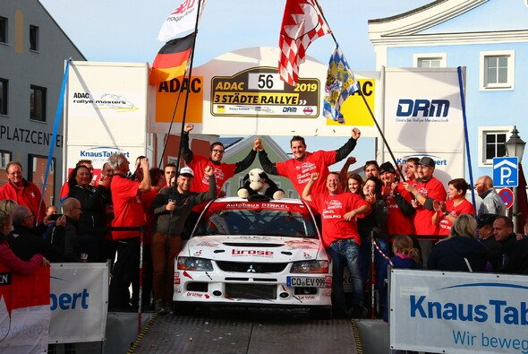 Patrik Dinkel und Felix Kießling feiern den ADAC Rallye Masters Titel 2019 - Foto: ADAC Rallye Masters