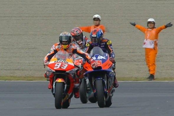 Marquez wurde von Hafizh Syahrin in den Parc ferme geschoben - Foto: Screenshot/MotoGP