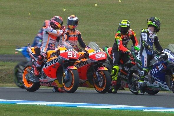 Unmissverständliche Geste von Marquez an Lorenzo: Du hast geschlafen! - Foto: Screenshot/MotoGP