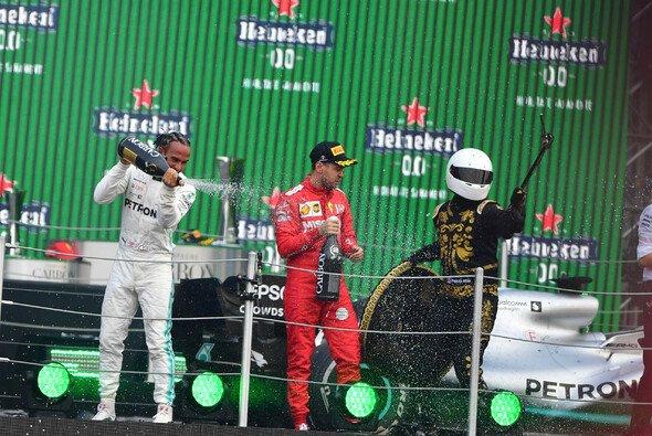 Sebastian Vettel wusste mit dem Mexiko-Maskottchen Mario Achi nicht recht umzugehen - Foto: LAT Images