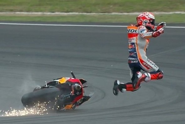 Mit diesem Crash in Sepang begannen Marquez' Probleme - Foto: Screenshot/MotoGP