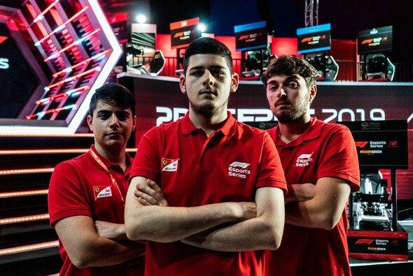 David Tonizza (Mitte) hat seinen Vorsprung in der F1 Esports Series ausgebaut - Foto: Ferrari