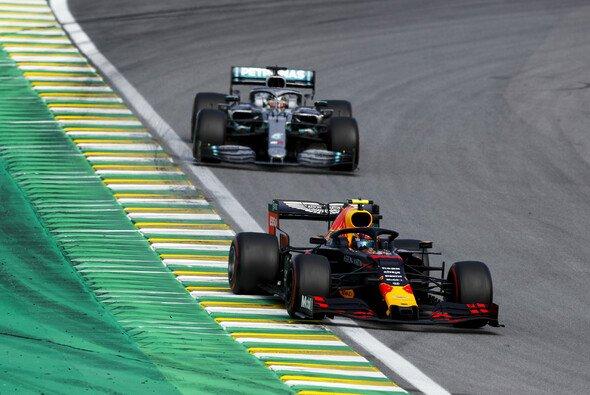 Lewis Hamilton jagte Alex Albon in der Schlussphase - bis es knallte - Foto: LAT Images