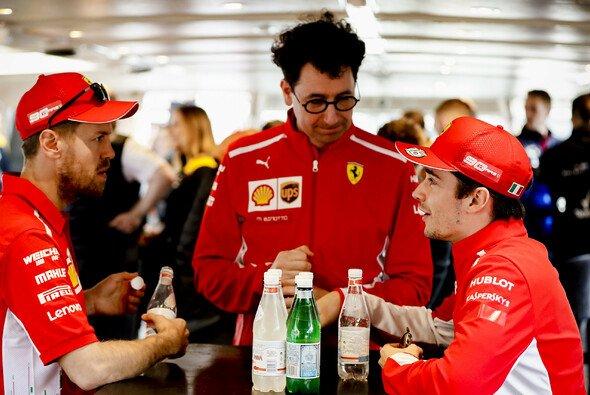 Mattia Binotto hat mit Sebastian Vettel und Charles Leclerc jede Menge zu tun - Foto: LAT Images