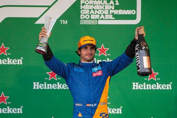 Carlos Sainz musste in Sao Paulo um sein erstes F1-Podium zittern - Foto: LAT Images