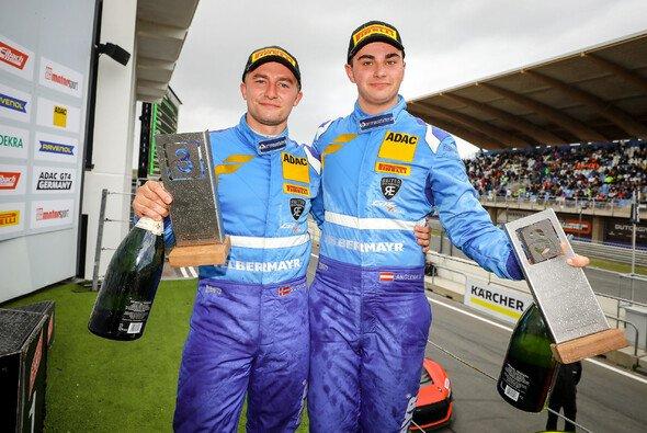 Die Champions der ADAC GT4 Germany: Mads Siljehaug (li.) und Eike Angermayr - Foto: ADAC GT4 Germany