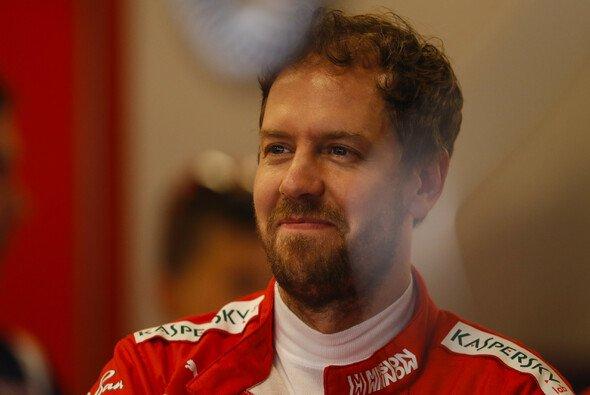 Sebastian Vettel zeigt sich in Abu Dhabi aus naheliegenden Gründen in gut gelaunt - Foto: LAT Images