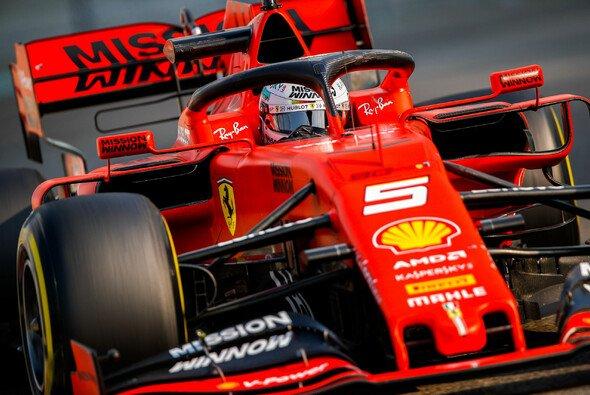 Sebastian Vettel sorgte an seinem letzten Arbeitstag noch einmal für etwas Action - Foto: LAT Images