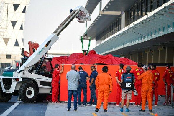 Charles Leclerc beendet 2019 mit einem Crash - Foto: LAT Images