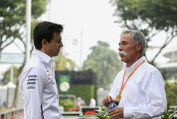 Mercedes-F1-Boss Toto Wolff und Liberty Medias F1-Mann-Chase Carey - Foto: LAT Images