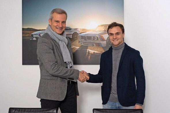 Jens Marquardt und Lucas Auer bei Vertragsabschluss - Foto: BMW Motorsport