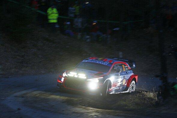 Thierry Neuville beendete den ersten Abend in Monte Carlo als Führender - Foto: LAT Images
