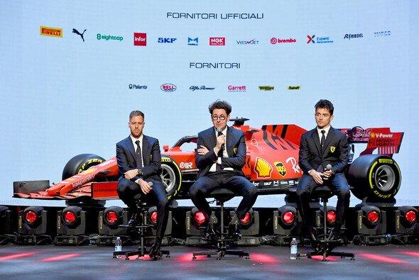 Sebastian Vettel, Mattia Binotto und Charles Leclerc vor genau einem Jahr bei der Ferrari-Präsentation - Foto: Ferrari