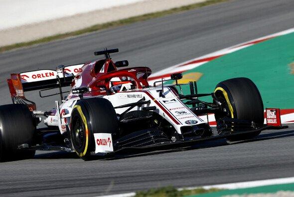 Kimi Räikkönen fuhr erst Bestzeit und sorgte dann für die erste rote Flagge der Testfahrten 2020 - Foto: LAT Images