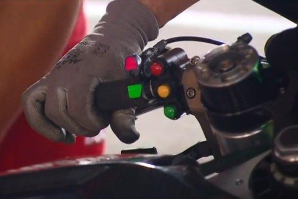 Der rot-grüne Schalter scheint das neue System zu steuern - Foto: Screenshot/MotoGP