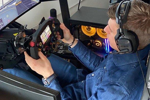 Max Verstappen vergnügt sich am Wochenende nach seinem Korb für die virtuelle Formel 1 wieder mit knallhartem Simracing - Foto: Instagram/Max Verstappen